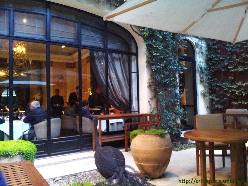 Critique : Hôtel Lancaster. Snacking dans cour jardin. Rue de Berri. dans Bars & Cafés Hotel-Lancaster-1